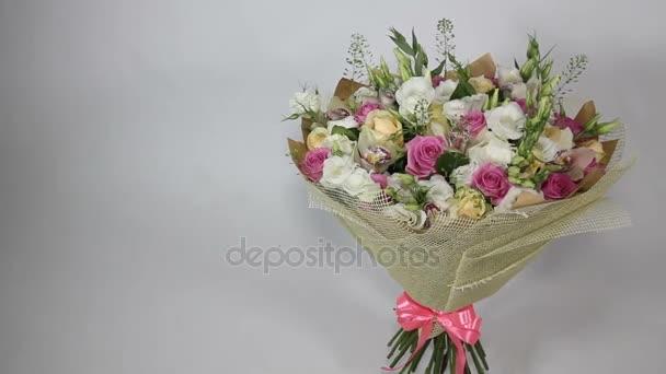 Růžové růže a eustoma kytice s mašlí