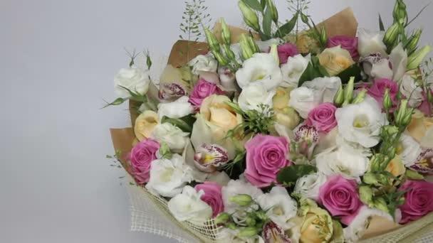 Růžové růže a kytice eustoma zblízka