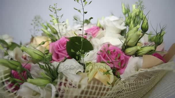 Rózsaszín rózsák és eustoma csokor. jobbról balra mozgás