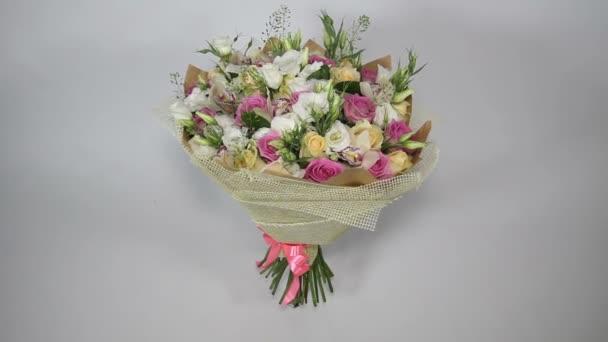 Růžové růže a eustoma kytice s lukem zatáček
