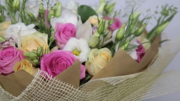 Közelkép fordult csokor rózsaszín rózsa és eustoma