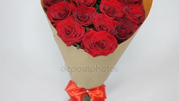 Kytice červených růží v papírovém balení