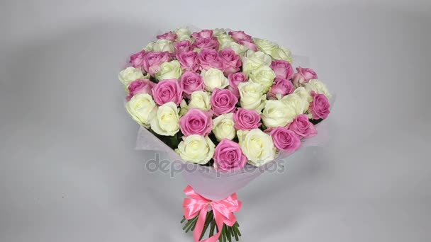 Rózsaszín és Fehér Rózsa csokor statikus. Sima megközelítés