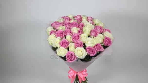Růžové a bílé růže kytice otočí