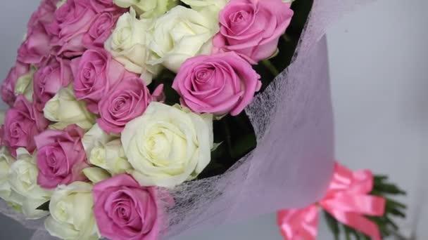 Rózsaszín és Fehér Rózsa csokor fordul. Camers szögben