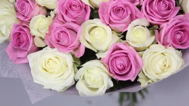 Růžové a bílé růže kytice ukazuje zblízka