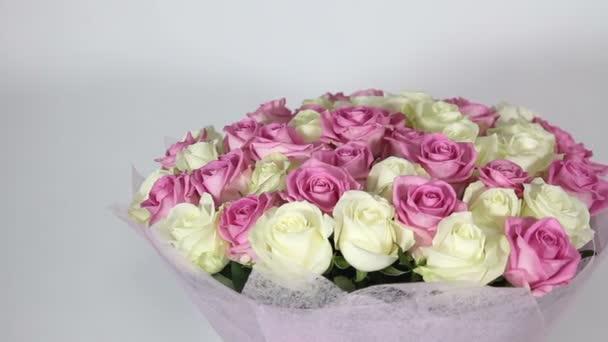 Růžové a bílé růže kytice. zleva doprava