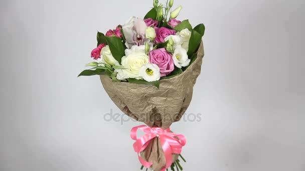 Růžové a bílé růže kytice