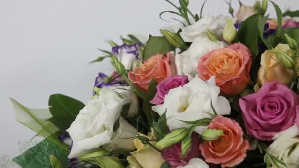 Růžové růže a eustoma kytice s lukem. Detailní záběr