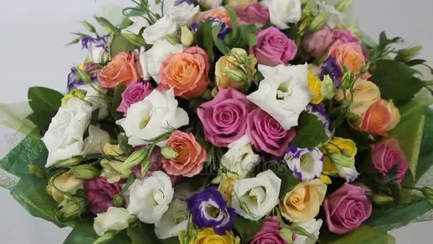 Rózsaszín rózsák és eustoma csokor a zöld packging