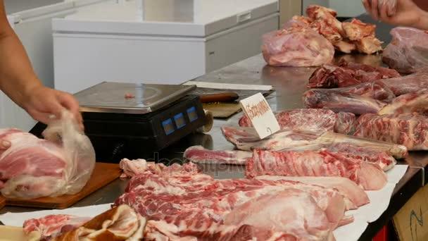 Frau kauft Fleisch auf dem Markt