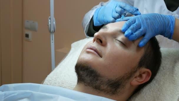 Injekční výplň pro mužská tvář v beauty clinic
