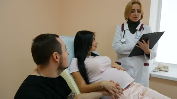 Schwangere beim Arztbesuch, Mann und Frau vor der Geburt in Klinik.