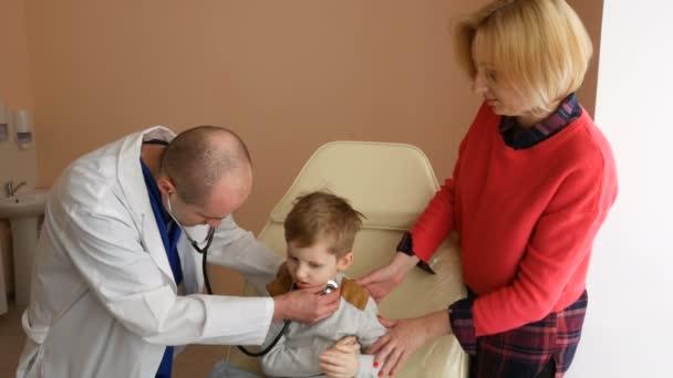 Dětského pacienta navštívit lékaře úřadu s mámou