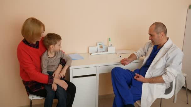 Familie bei Beratung in der Klinik. Arzt erklärt die Behandlung der Krankheit