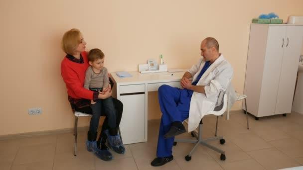 Motter mit Sohn in Klinik.