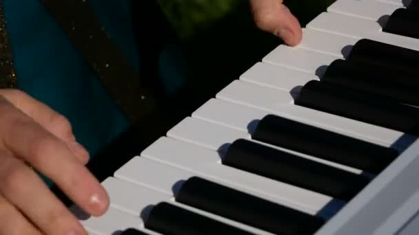 nő játszik szintetizátor szabadban