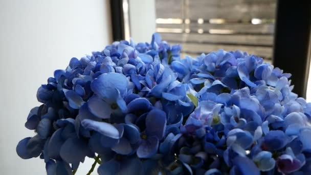kytice uměle modrých květin jako dekorace