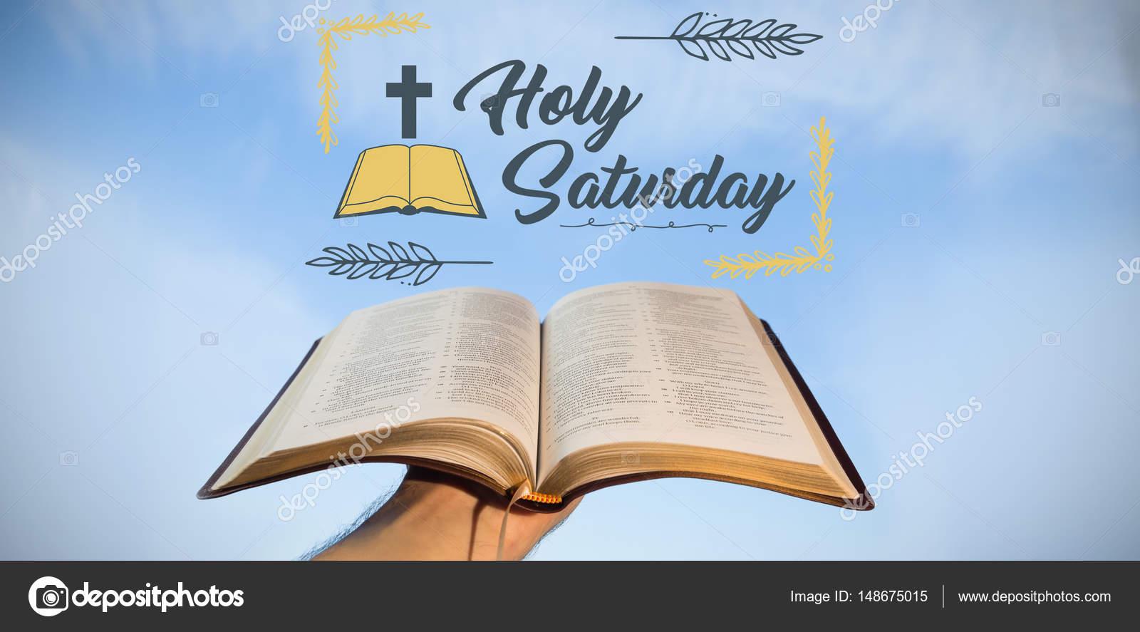 La Mano Sostiene La Biblia Abierta Contra El Cielo