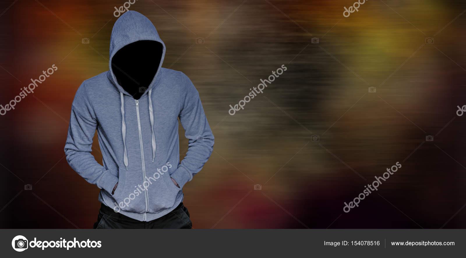 00e13b4f8d63 Ληστής σε γκρι φούτερ με κουκούλα με τα χέρια στις τσέπες — Φωτογραφία  Αρχείου