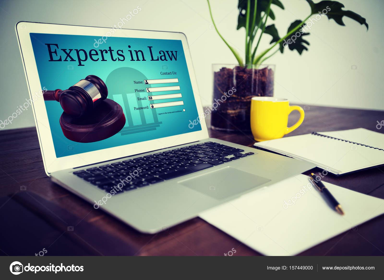 Scrivania Ufficio Avvocato : Scrivania da ufficio con computer portatile e documenti u foto