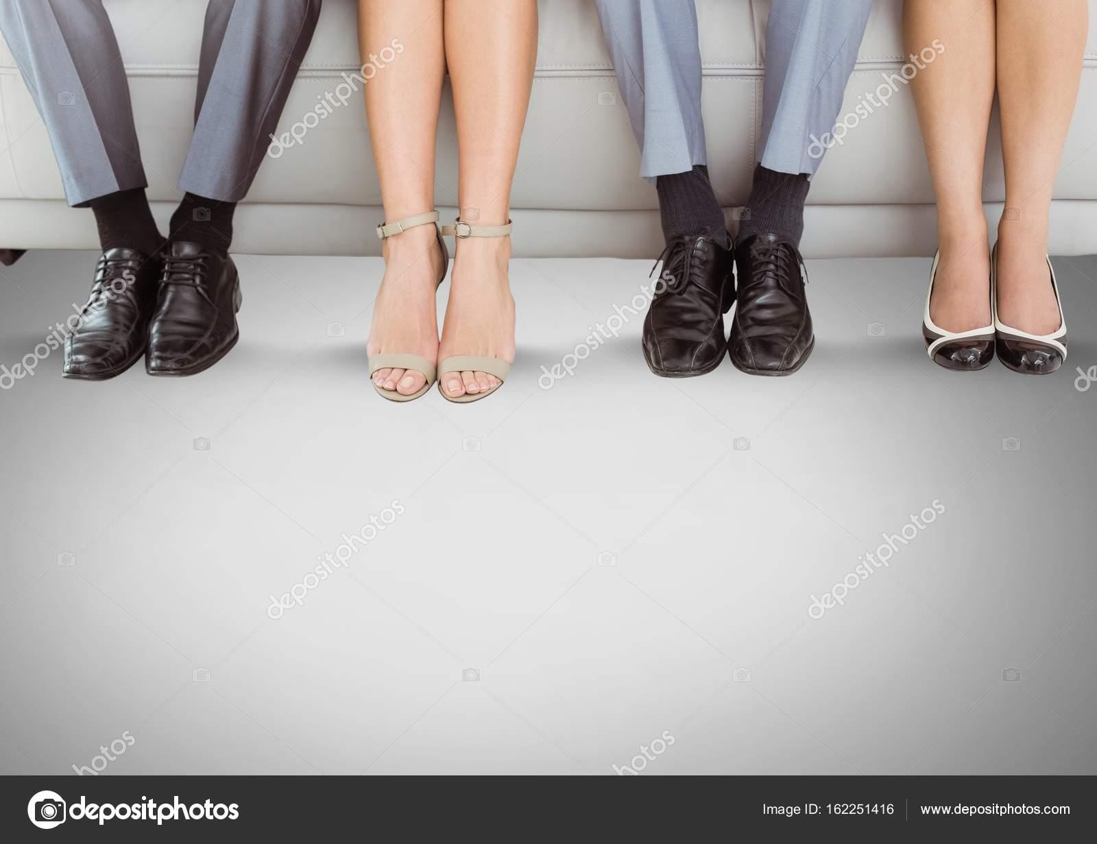 Menschen Beine und Füße auf couch — Stockfoto © vectorfusionart ...