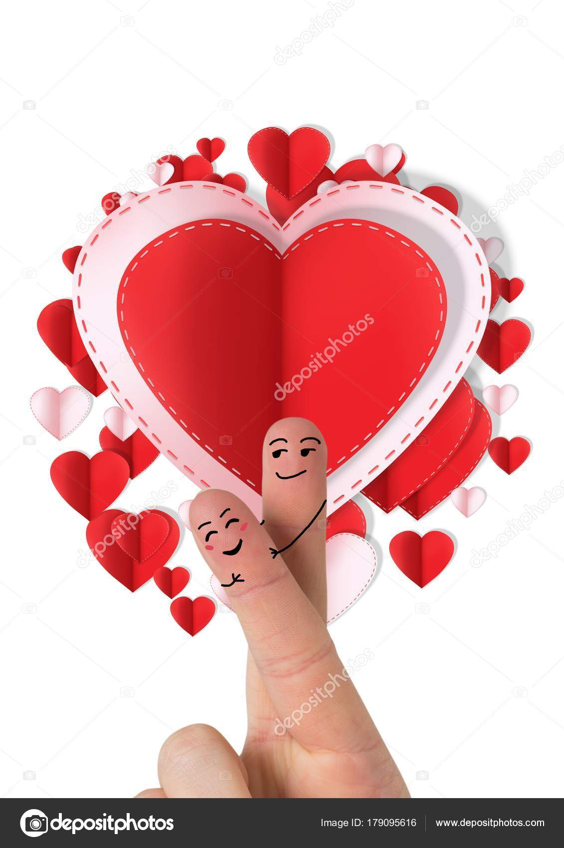 バレンタインの指のデジタル合成大好きカップルと円形の紙バレンタイン心