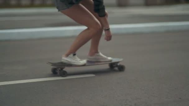 mladá žena hipster na koni na ulici na skateboardu
