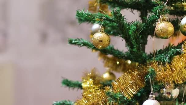 Žena ruka vysílá vánoční míč dekorace na vánoční stromeček na Silvestra.