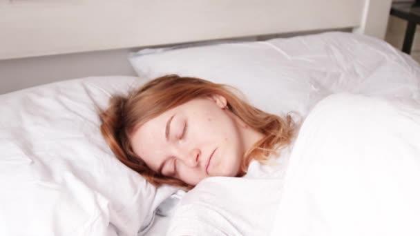 mladá dívka probudí v posteli