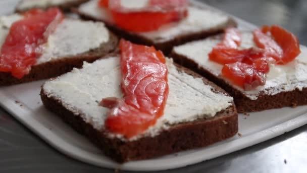 Füstölt lazacszendvics előétel pirított kenyérrel