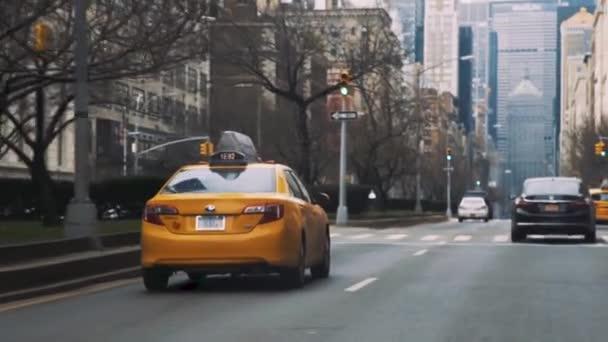 Sledujeme žlutý taxík po ulicích v New Yorku. Sleduju taxíka. Taxi jízda 1080p