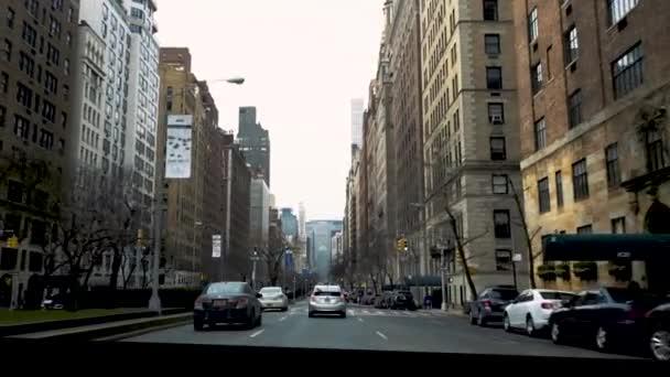 Typický pohled na ulici ve městě, pohled z auta, pov, New York. Krásné newyorské budovy.