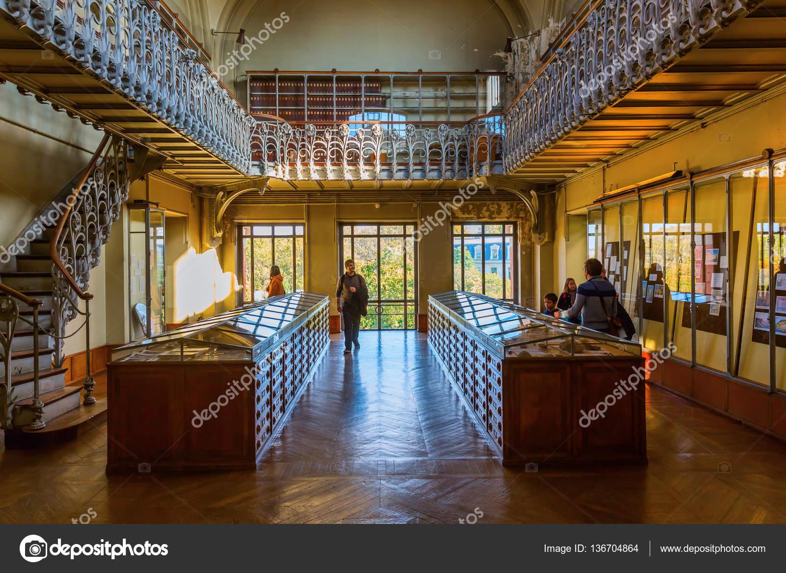 París, Francia - 16 de octubre de 2016: Galería de Paleontología y ...