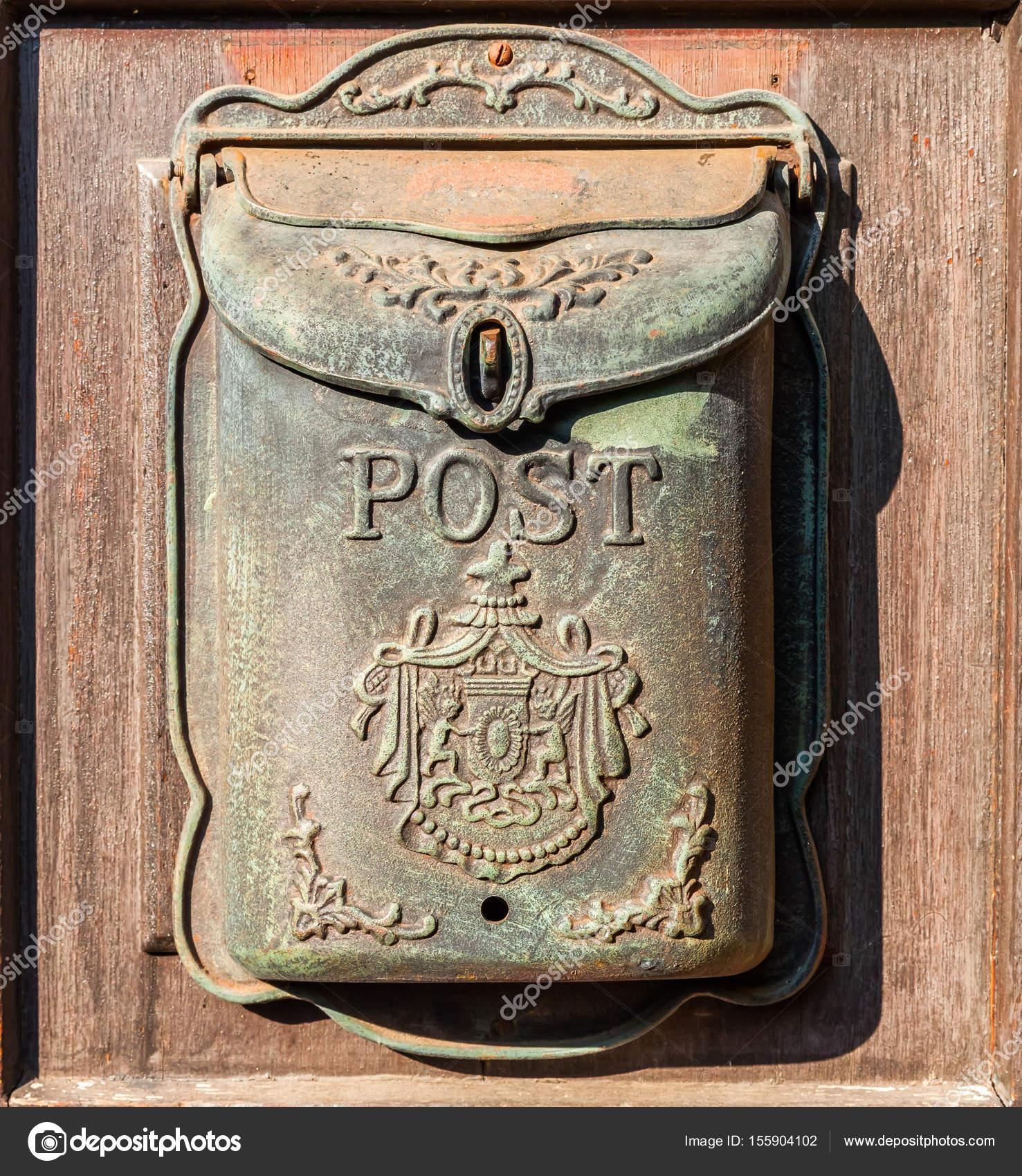 Onwijs Antieke brievenbus op een houten deur — Stockfoto © Madrabothair YT-47