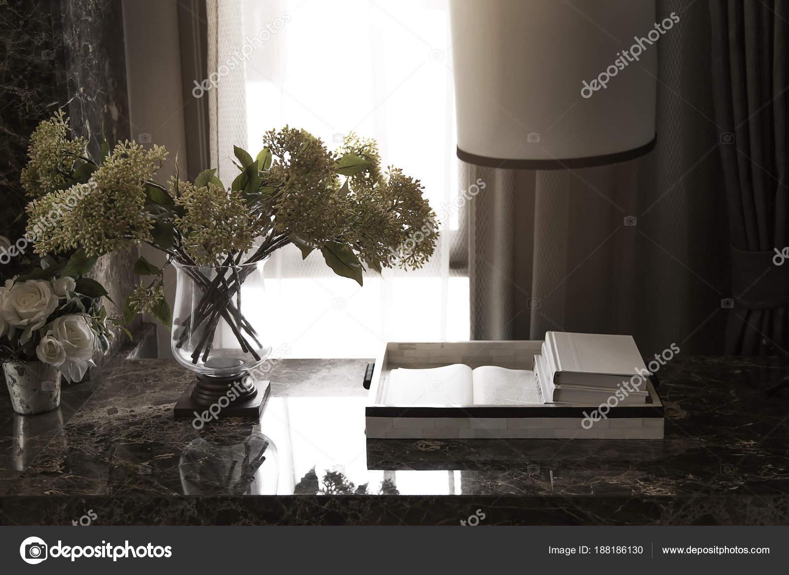 Dekoration Tisch Im Wohnzimmer Mit Buch Stockfoto Yanukit 188186130