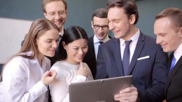 Freelancer ukazující indikátory pro svou skupinu na notebooku