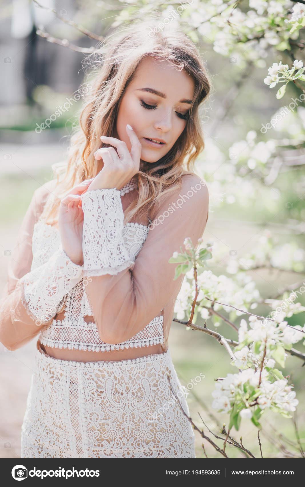 3089ae8b3 Hermosa Mujer Joven Vestido Blanco Romántico Posando Cerca Árbol  Floreciente — Foto de Stock