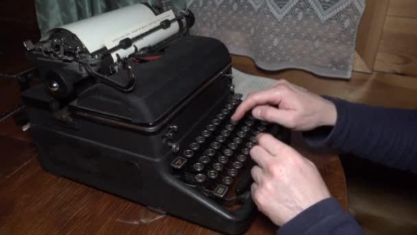 Detailní pohled na psaní textu psací stroj a kočár návrat mans ruce rusky