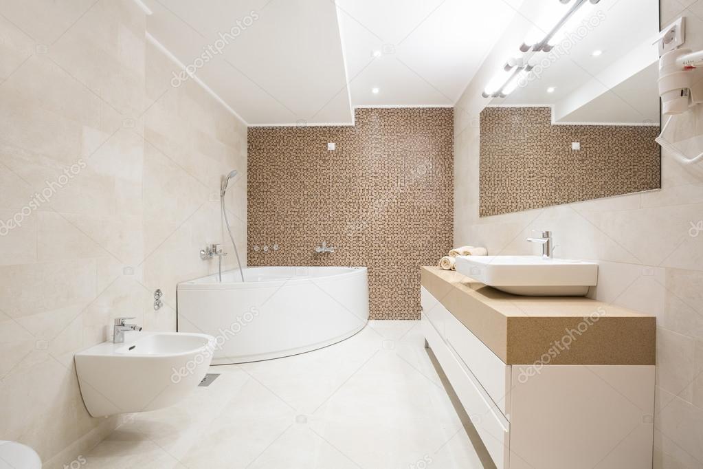 Hotel badkamer met hydromassage-bad — Stockfoto © rilueda #124929890