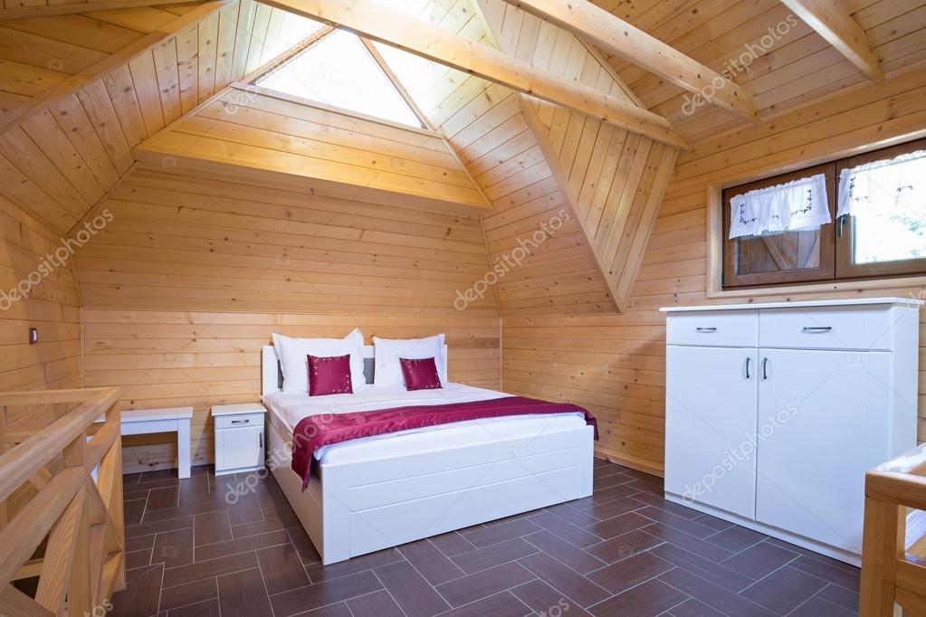 Letto bambino a forma di casetta di legno con tetto e con