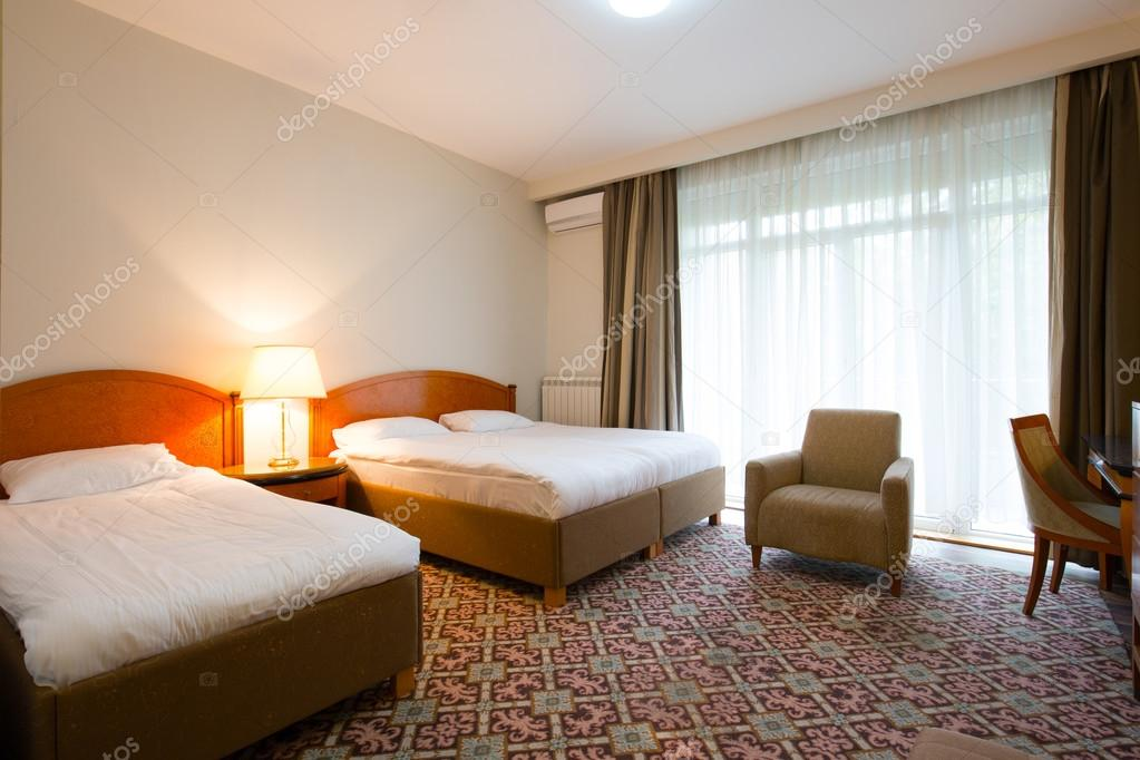 Interno camera da letto elegante hotel — Foto Stock © rilueda #125403124