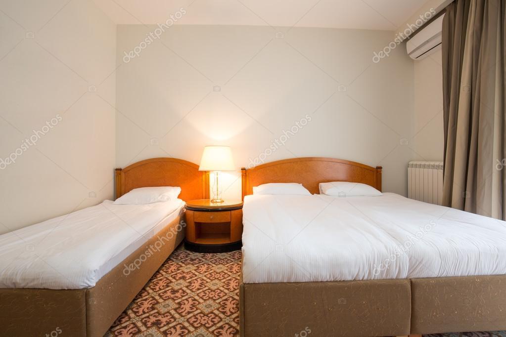 Interno camera da letto elegante hotel — Foto Stock © rilueda #125403852