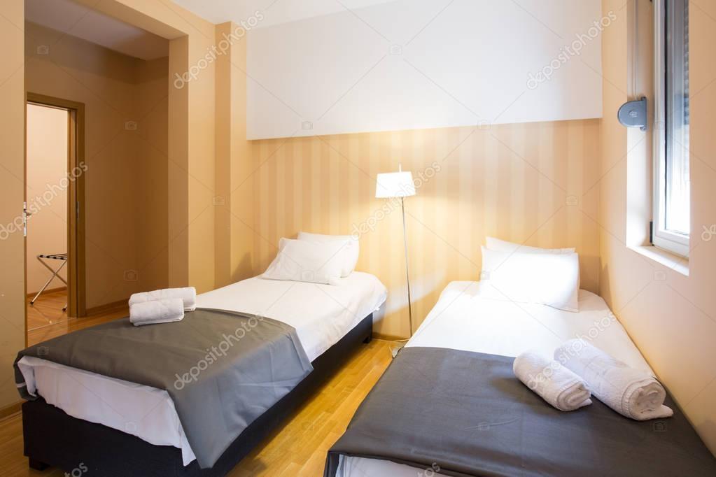 Moderno hotel interiore di camera doppia con letti singoli — Foto ...