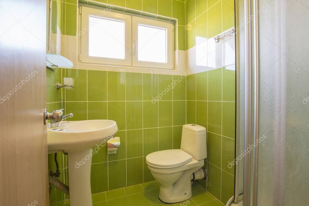 Interni di un bagno con piastrelle verdi — Foto Stock © rilueda ...
