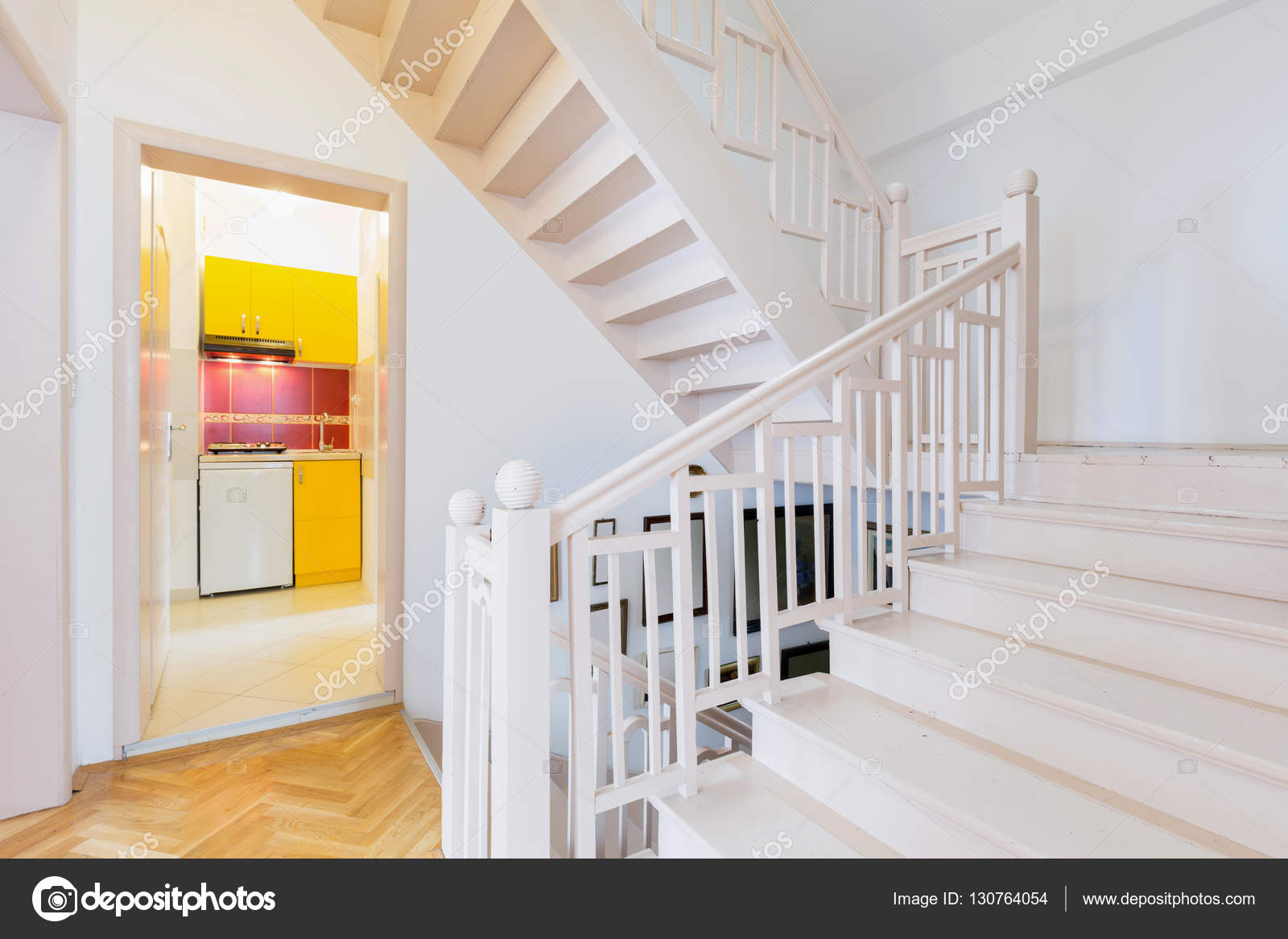 Dom Białe Schody Drewniane Zdjęcie Stockowe Rilueda