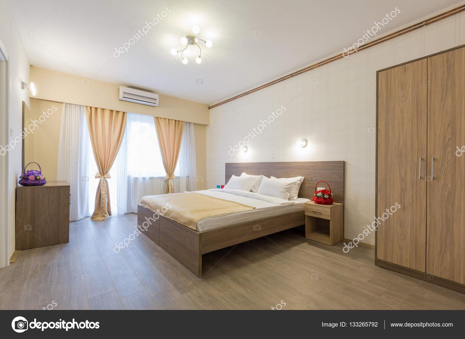 Interieur van een hotel slaapkamer met master bed — Stockfoto ...