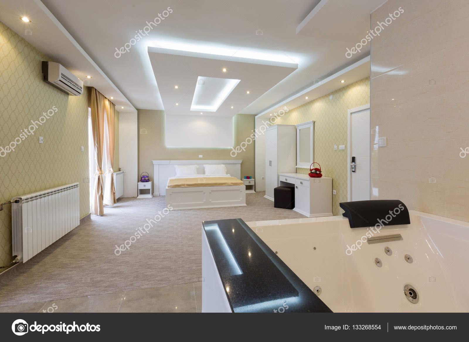 Vasche idromassaggio in camera da letto hotel — Foto Stock ...