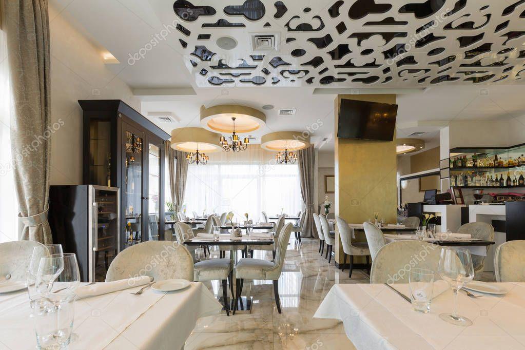 Interni di un ristorante di hotel di lusso moderno foto for Immagini di arredamento moderno