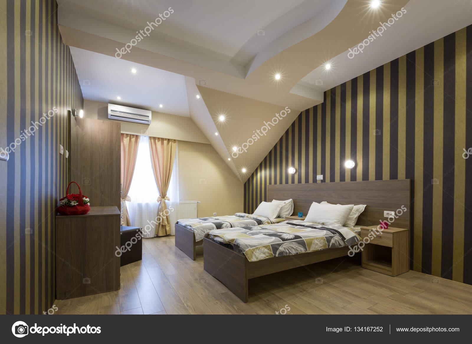 Interno di un nuovo albergo camera da letto in mansarda ...